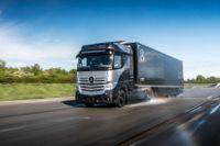 Daimler har dragit igång testerna av sina bränslecellslastbilar. De ska prövas på allmänna vägar senare i år och ska testas hos kunder från 2023.