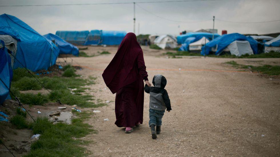 En kvinna och hennes son i ett läger i norra Syrien. Arkivbild.
