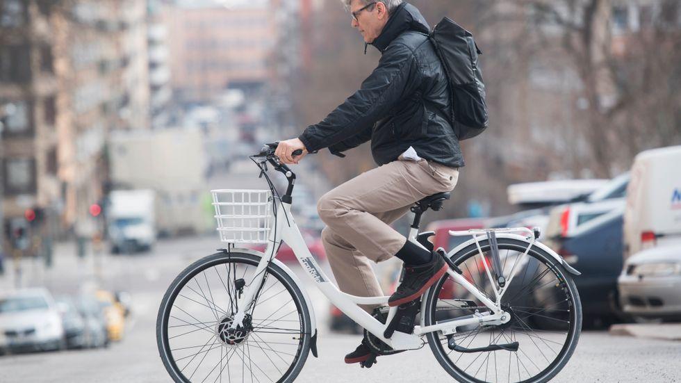 En man cyklar på sin elcykel. Huruvida han fått bidrag för att köpa sin elcykel är inte känt. Arkivbild.