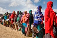 Kvinnor på flykt undan torka köar för mat i ett läger utanför Somalias huvudstad Mogadishu. Människor på Afrikas horn är i fokus i en ny Oxfam-rapport. Arkivbild.