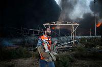 En palestinsk brandman försöker släcka elden i krafverket.