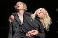 """Rekryteringen av nya dansare försvåras av restriktionerna. Här Oscar Salomonsson och Charlotta Öfverholm i """"Kuckel"""" av Alexander Ekman 2020."""
