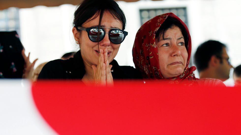 En kvinna gråter i sorg över terrorattacken.