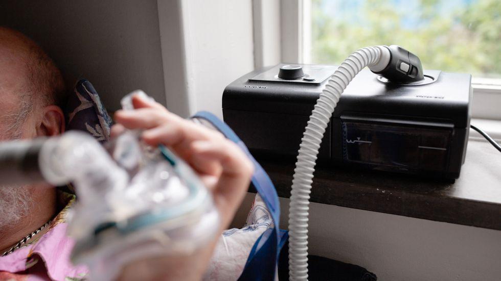 Ronny Svensson har en CPAP-maskin för att han inte ska få andningsuppehåll i sömnen.