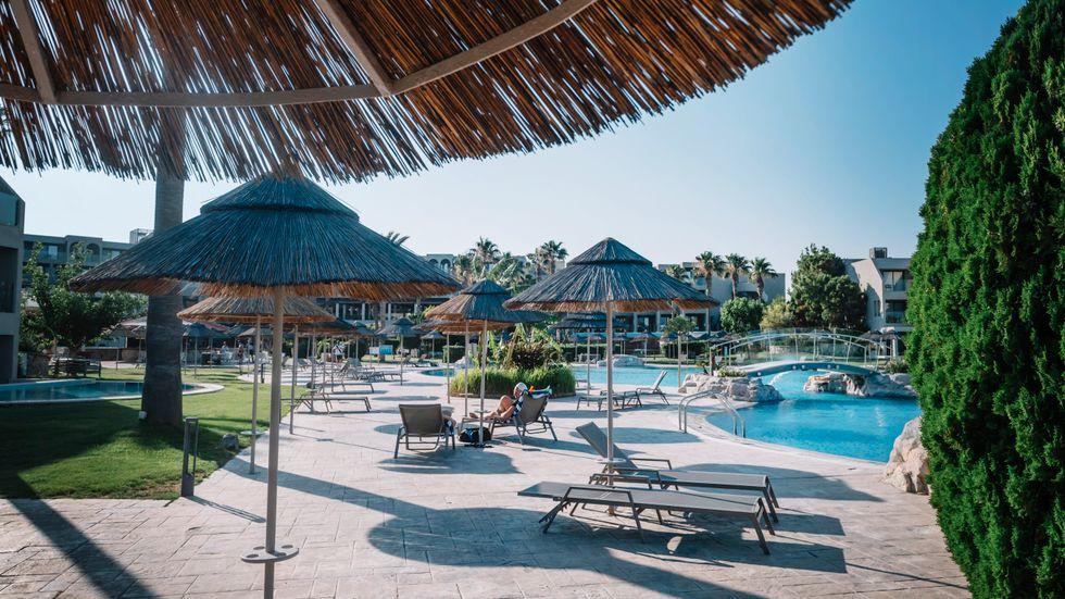 Solstolar vid poolen på ett charterhotell i Kolymbia på Rhodos. Arkivbild.