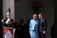 Frankrikes nye president Emmanuel Macron tillsammans med sin fru Brigitte Macron utanför Élyséepalatset i Paris.