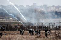 Grekiska poliser skjuter tårgas vid gränsen till Turkiet, 7 mars.