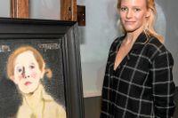 Laura Birn, som spelar Helene Schjerfbeck i en kommande film om den finlandssvenska konstnären, poserar här framför hennes berömda självporträtt.