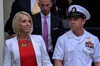 Edward Gallagher med hustrun Andrea efter förhören.