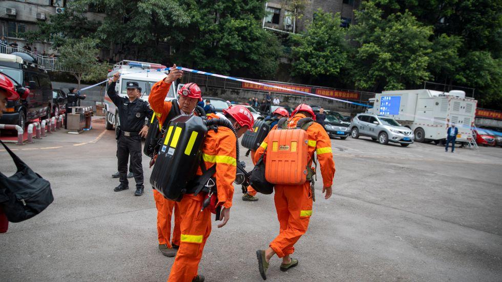 Räddningsarbetare i Chongqing vid en dödsolycka i en gruva i september.