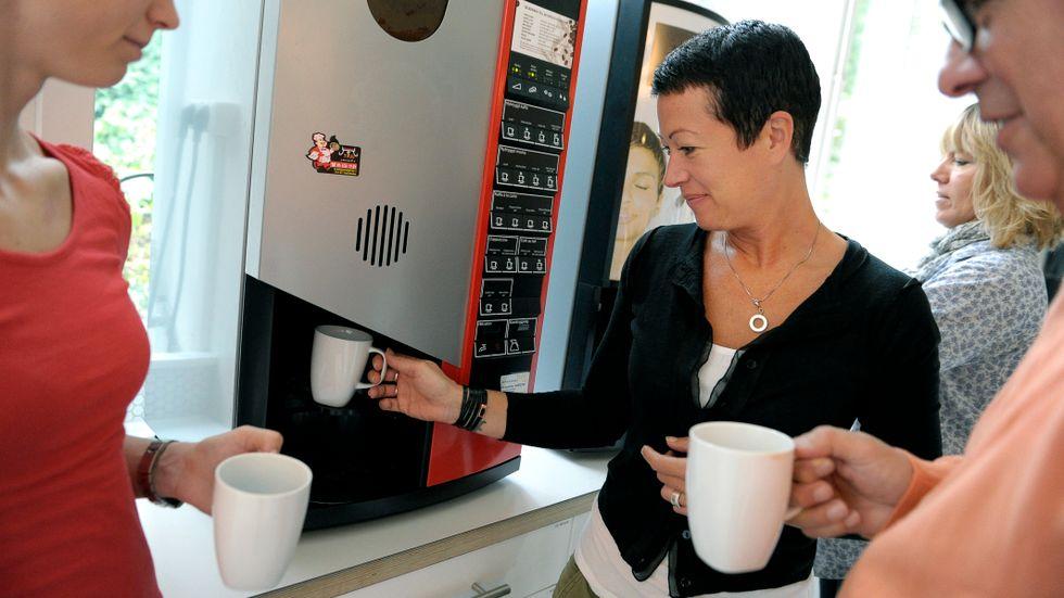 Det våras för samtalen vid kaffeautomaten.