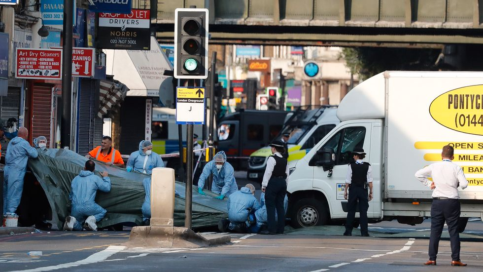 Polisens tekniker undersöker platsen för lastbilsdådet i London i juni. Arkivbild.