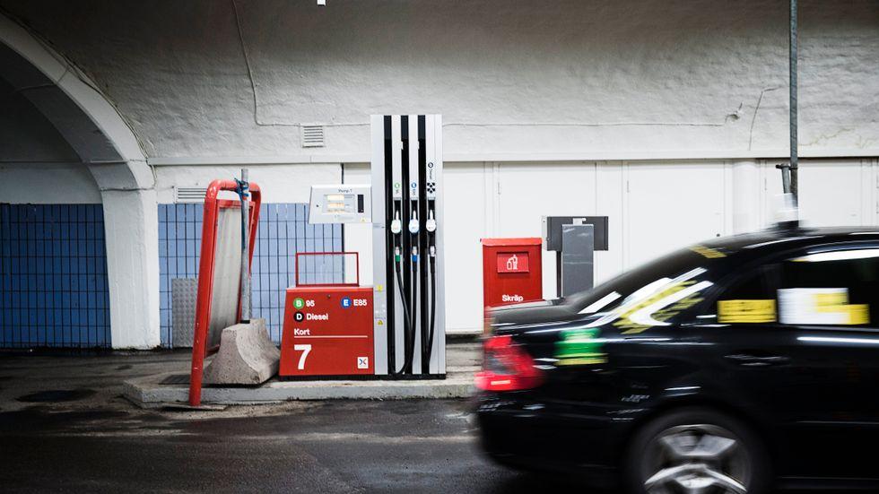 Bensinen blir 15 öre dyrare och dieseln 10,25 öre dyrare per liter.