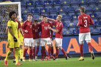 Danmarks Alexander Bah firar 2–0-målet i sin landslagsdebut.