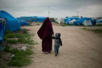 Kvinna och barn i Roj-lägret i Syrien. Bilden togs i mars 2019.