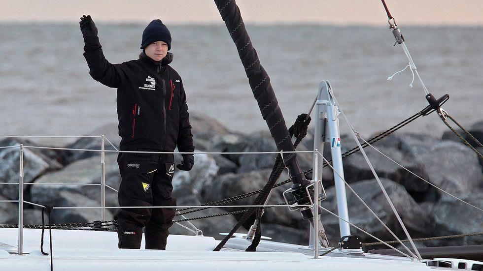 """Den svenska klimataktivisten Greta Thunberg vinkar när hon lämnar USA ombord på katamaranen """"Vagabond"""". På tisdag förmiddag väntas båten lägga till i en hamn i Lissabon, Portugal. Arkivbild."""