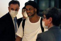 Ronaldinho anländer till hotellet i Asuncion där han ska ha husarrest.