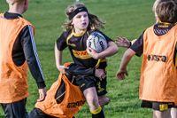 Trots att det är många tacklingar i rugby är munskydd det enda skyddet som krävs.