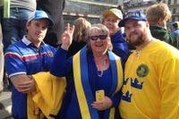 Familjen Boqvist firar Tre Kronor på Sergels torg.