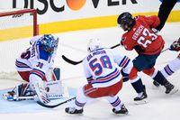 New York Rangers-målvakten Henrik Lundqvist stoppar Washingtons Shane Gersichs skott.