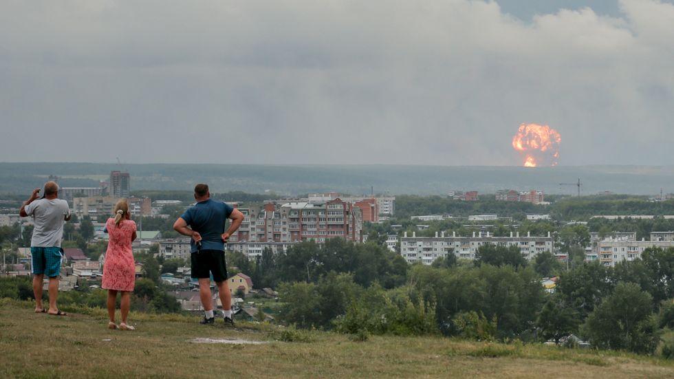 Explosionen i ammunitionsdepån i ryska Krasnojarsk orsakade en hög pelare av eld och rök.