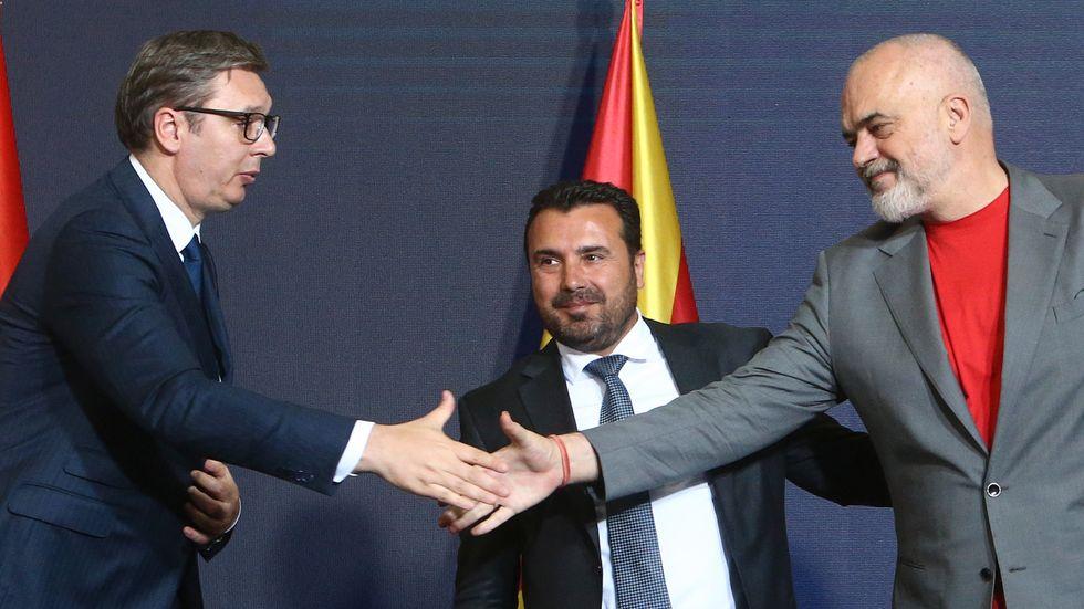 Serbiens president Aleksandar Vucić (till vänster) och Albaniens premiärminister Edi Rama (till höger) skakar hand, efter undertecknandet av tre samarbetsavtal. I mitten Nordmakedoniens premiärminister Zoran Zaev.