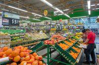 Frukt- och grönsaksavdelningen i en matbutik i Novosibirsk, Ryssland.