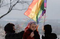"""Aktivister demonstrerar för hbtqi-rättigheter vid en lokal domstol i Plock i Polen. Nu har EU-parlamentet utropat hela EU till en """"frihetszon"""" för htbqi-personer, till stöd för alla dem som utsatts för homofobiskt hat och trakasserier. Arkivfoto."""