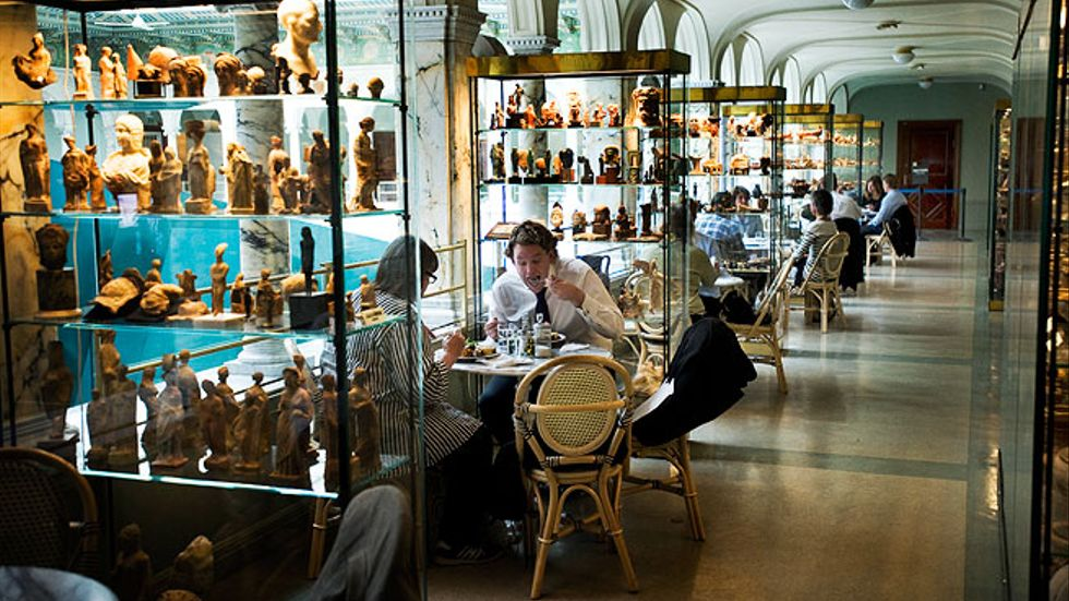 Platser utomhus saknas och restaurangen syns inte utifrån. Det är synd: Medelhavsmuseets restaurang håller högre nivå än Dansmuseets, där det är det fullt på uteserveringen.