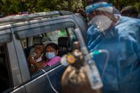 Indien brottas med att få coronapandemin under kontroll. Landet lider stor brist på bland annat syrgas.