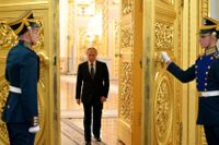 Hedersvakter i Kreml öppnar dörren för Vladimir Putin.