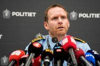 Polisinspektör Per Thomas Omholt på fredagens pressträff om Kongsbergsdådet.