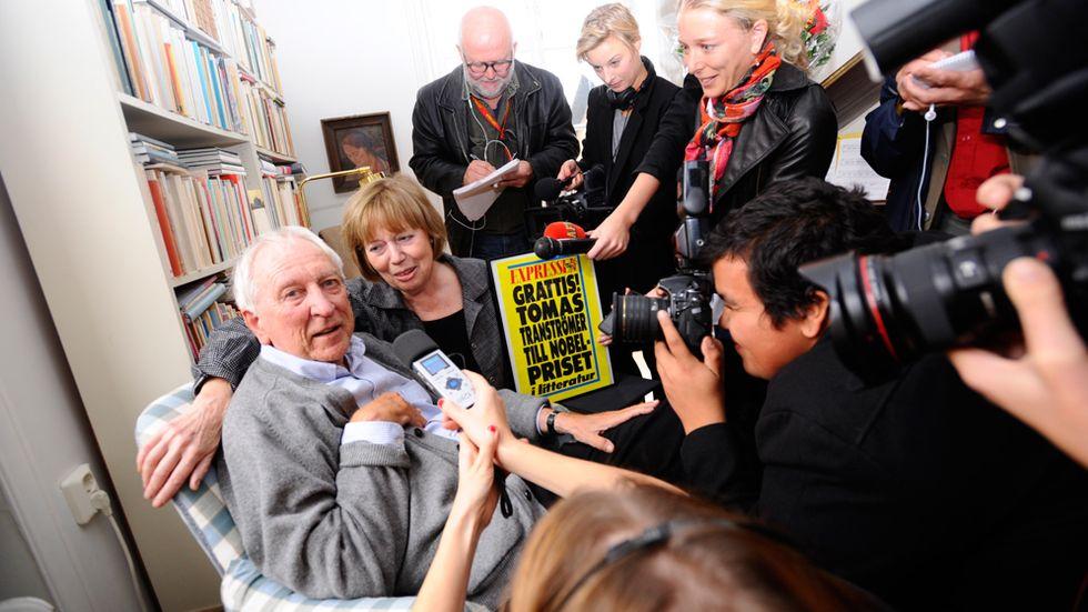Ett stort mediauppbåd uppvaktade Tomas Tranströmer i hans hem efter beskedet från Svenska Akademien att han hade tilldelats Nobelpriset i litteratur.