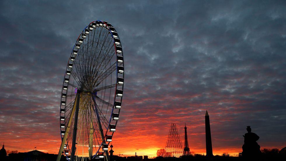 Paris i röd solnedgång en vecka efter terrorattackerna.