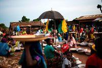 """Efter blodiga strider tog ännu en rebellgruppering i år makten i landet. Idag är Centralafrikanska Republiken ett land lika bortglömt som kaotiskt, ett land där den med mest vapen bestämmer. Snart en """"kollapsad stat"""", om inget görs, varnar höga FN-tjänstemän. Befolkningen försöker återgå till ett """"normalt"""" liv men många lever i rädsla över att nya våldsamheter ska blossa upp. Här, marknaden i Kaga Bandoro."""