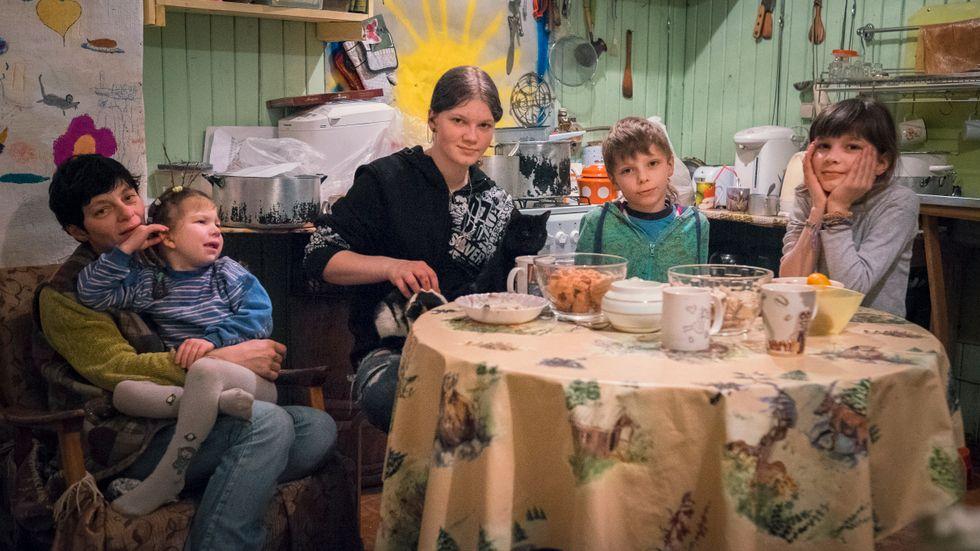 Jevgenija med barnen Sasja, Nadezjda, Grigorij och Natalja i hemmets mittpunkt, köket.