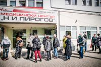 Först till kvarn Bulgarien. Gamla och sjuka köar bakom unga och friska för att vaccineras.