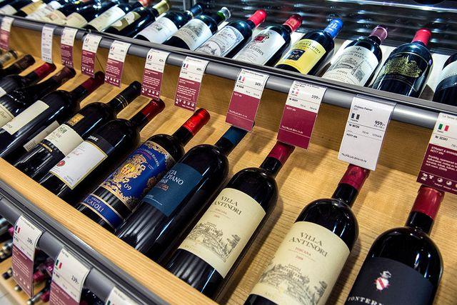 Uppradade flaskor med rödvin på Systembolaget.