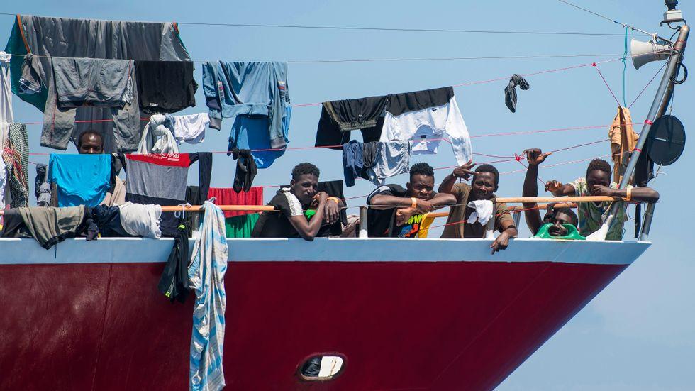 Malta anklagas för att använda olagliga och farliga metoder för att avvärja migranter. Här torkar en grupp afrikanska män sina kläder ombord på ett fartyg utanför Malta, i väntan på att något europeiskt land ska vilja ta emot dem. Arkivbild från juni 2020.
