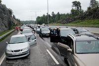 Det blev milslånga köer på midsommarafton efter en lastbilsolycka på Södertäljebron.