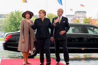 Kungaparet med förbundskansler Angela Merkel i Berlin.