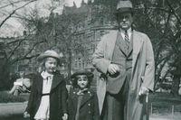 """Laila och Marianne ute på söndagspromenad med pappan Marcus på 1930-talet. """"Det var alltid speciellt eftersom vi klädde upp oss"""", säger Marianne Marcusdotter."""