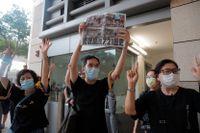 Demokratidemonstranter i Hongkong i torsdags, i samband med att polisen greps 16 personer, inklusive två parlamentsledamöter.
