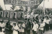 Demonstration 1967 med Maos porträtt under kulturrevolutionen.