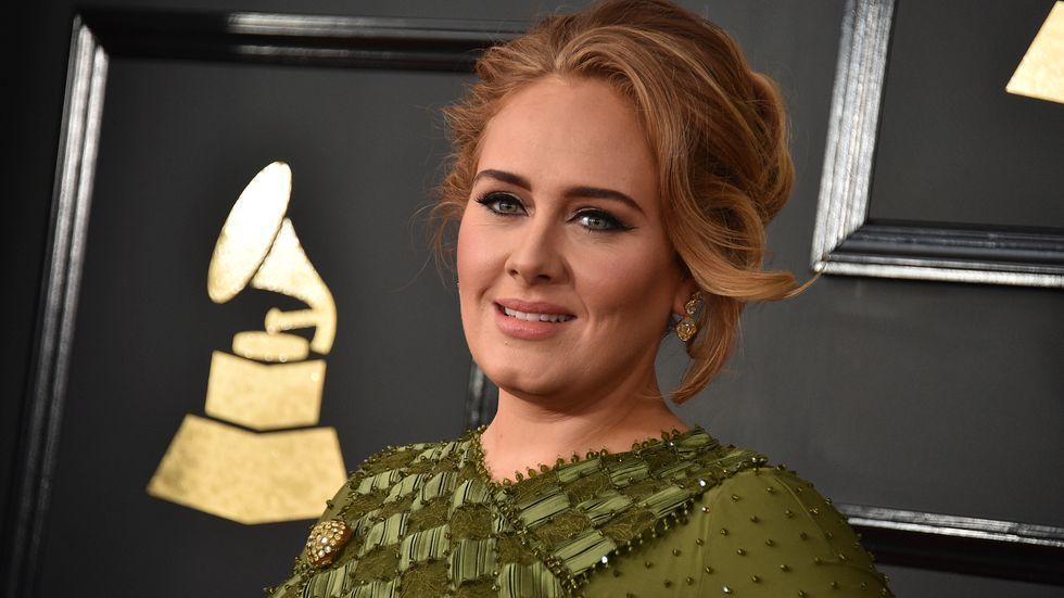 Adele släpper nytt. Här syns hon på Grammygalan 2017. Arkivbild.