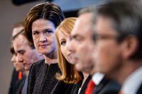 December överenskommelsen. Spr åkrö ren Gustav Fridolin och  Åsa Romson (MP), statsminister Stefan L öfven (S) och Alliansens partiledare Anna Kinberg Batra (M), Annie Löö  f (C), Jan Bjö rklund (FP) och Gö ran Hä gglund (KD) meddelade i december 2014 att extravalet i mars 2015 inte blir av eftersom partierna kommit ö verens om hur Sverige ska kunna styras av en minoritetsregering.