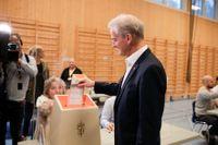 Arbeiderpartiets ledare Jonas Gahr Støre lägger sin röst i stortingsvalet.