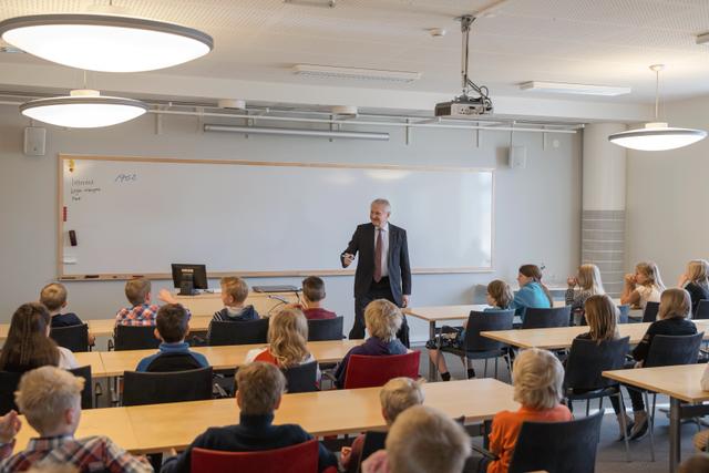 """Inne i """"skolsalen"""" berättar NIBEs VD Gerteric Lindquist bland annat om NIBEs historia och vilka produkter som produceras på NIBE. Alla barn får ställa frågor och det kan bli rätt livat ibland."""