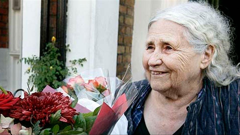 Doris Lessing kommer inte till Nobelprisutdelningen. Hennes läkare har avrått henne.
