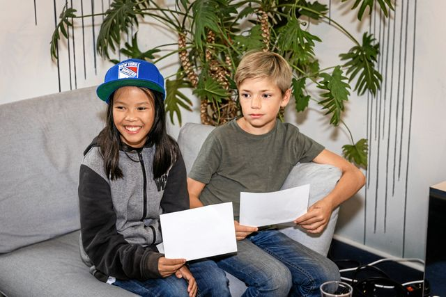 Juniorreportrarna Mai och Alfred hade laddat inför intervjun med många frågor.